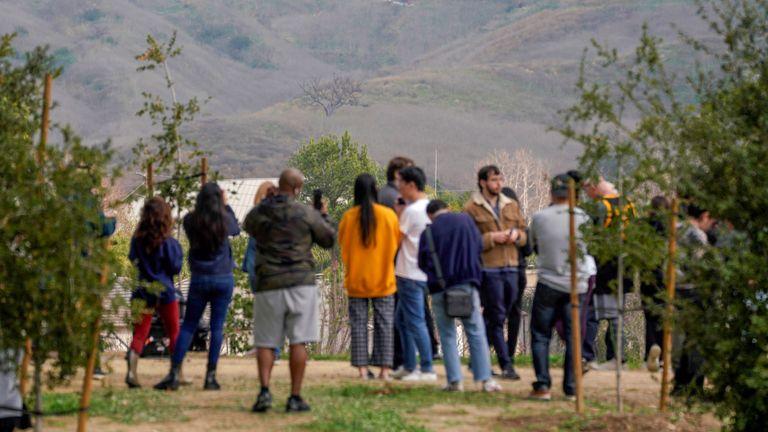 Les gens se rassemblent près du lieu de l'accident