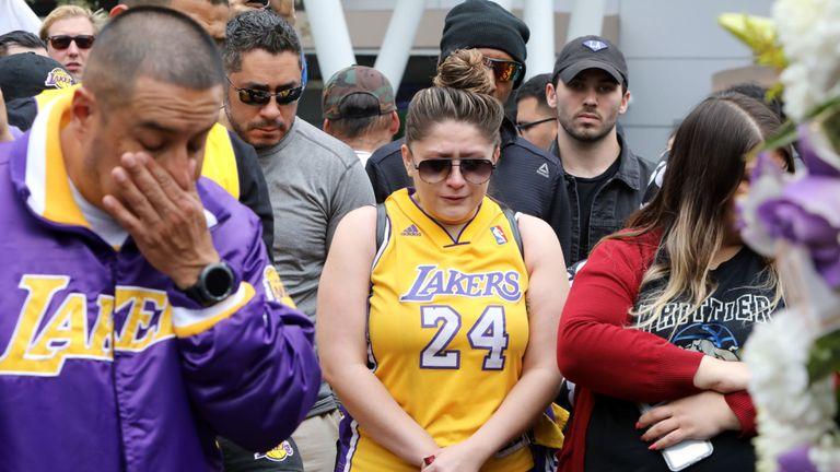Les fans ont afflué au Staples Center de Los Angeles pour leur rendre hommage