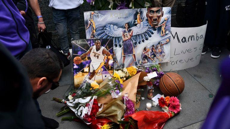 Les fans pleurent la perte de la légende de la NBA devant le Staples Center de Los Angeles