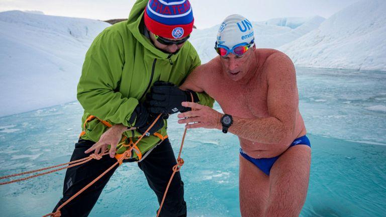 Lewis Pugh (à droite), aux côtés de Slav Fetisov, alors qu'il est devenu avec succès la première personne à nager sous une calotte glaciaire antarctique