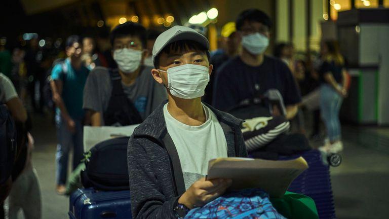 Les passagers portent des masques à l'aéroport international Ninoy Aquno à Manille, Philippines