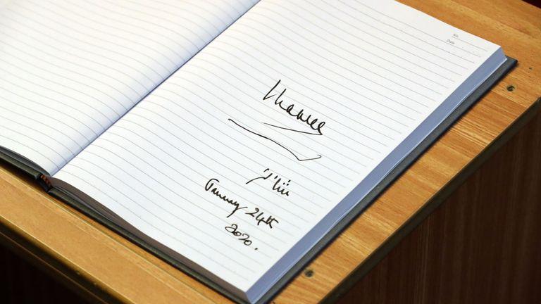 Signature du prince Charles dans le livre d'or de la mosquée