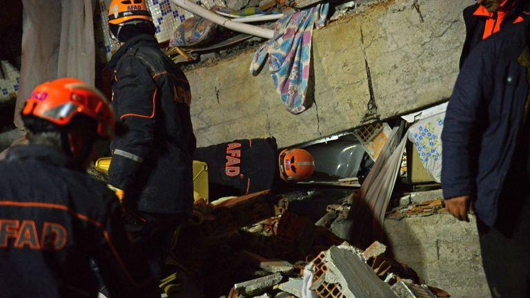 Des fonctionnaires turcs et des policiers travaillent sur les lieux d'un bâtiment effondré à la suite d'un tremblement de terre de magnitude 6,8 à Elazig