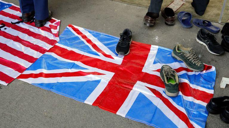 Des chaussures sont placées sur un drapeau britannique dans une université de Téhéran. Pic: Shutterstock