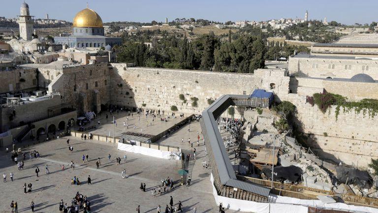 La mosquée est sur ce qu'Israël appelle le Mont du Temple