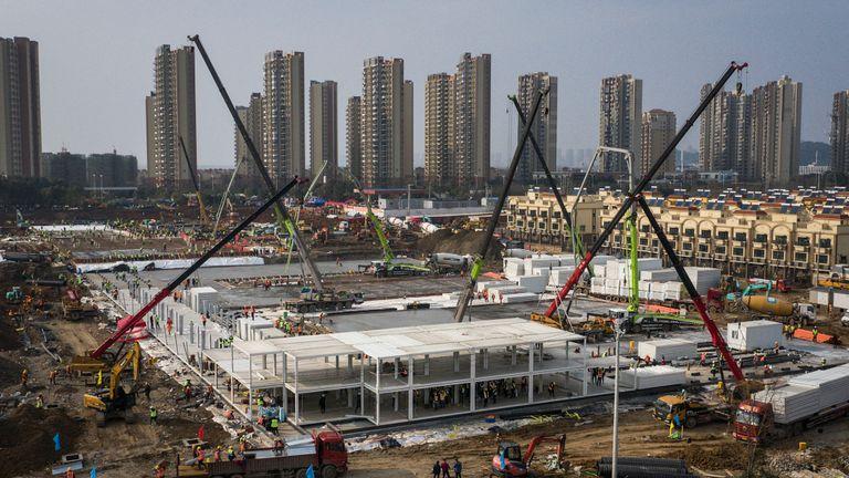 Des centaines de travailleurs de la construction sont arrivés pour travailler sur le site