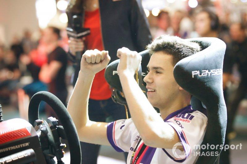 Le vainqueur de la finale du Rallycross eSports célèbre