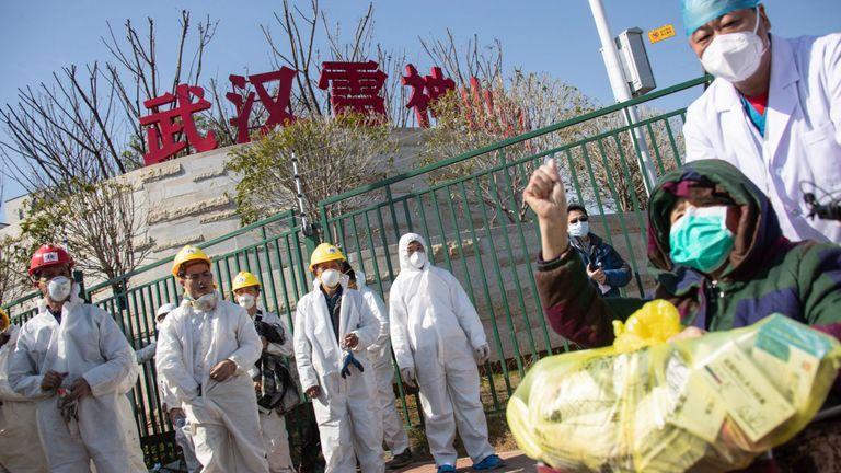 Un patient de 83 ans sort de l'hôpital de fortune nouvellement construit pour les patients COVID-19 à Wuhan