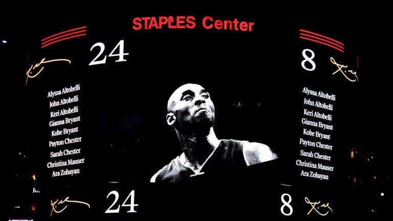 LOS ANGELES, CALIFORNIE - 31 JANVIER: Les Lakers de Los Angeles honorent les neuf victimes de l'accident d'hélicoptère de dimanche lors de la cérémonie d'avant-match pour Kobe Bryant avant le match contre les Portland Trail Blazers au Staples Center le 31 janvier 2020 à Los Angeles, Californie. (Photo par Kevork Djansezian / Getty Images)