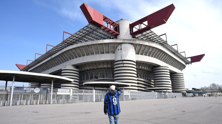 Un homme se tient à l'extérieur du stade San Siro après l'annulation du match Inter Milan v Sampdoria Serie A en raison d'une épidémie de coronavirus en Lombardie et en Vénétie, à Milan, Italie, le 23 février 2020.REUTERS / Daniele Mascolo