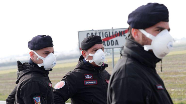 Des agents des carabiniers montent la garde à l'extérieur de la ville de Castiglione D & # 39; Adda, qui a été fermée par le gouvernement italien en raison d'une épidémie de coronavirus, Italie, 23 février 2020. REUTERS / Guglielmo Mangiapane