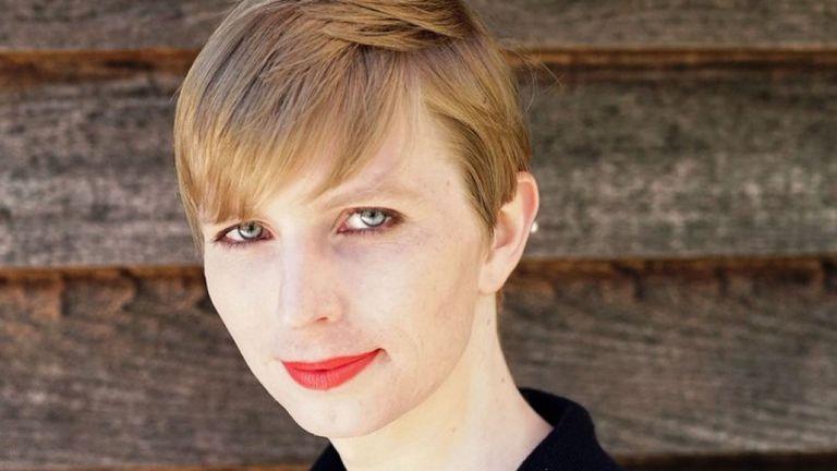 La première photo de Chelsea Manning après sa libération de prison. Pic: Twitter