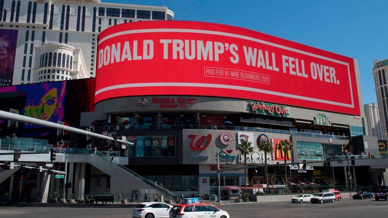 Un panneau d'affichage payé par l'espoir présidentiel démocrate Mike Bloomberg, qui attaque le président Trump et est affiché sur l'emblématique Strip de Las Vegas, au Nevada, le 21 février 2020