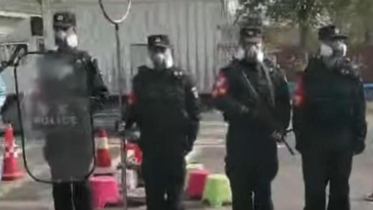 Les policiers semblaient avoir des armes à feu et des boucliers anti-émeute