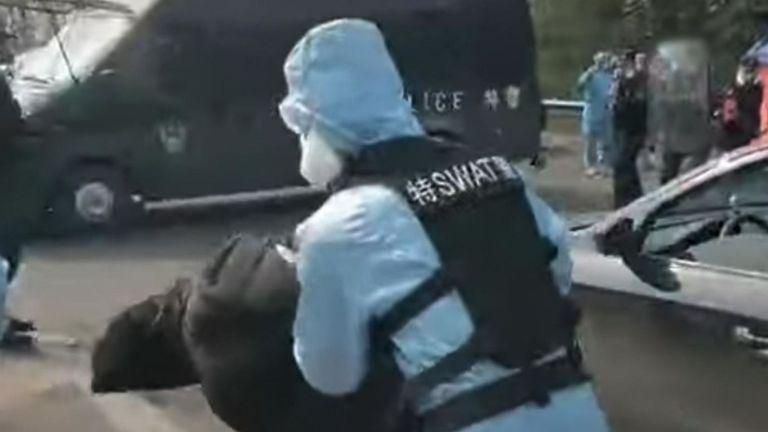 Les officiers se sont attaqués à l'homme après l'avoir filé