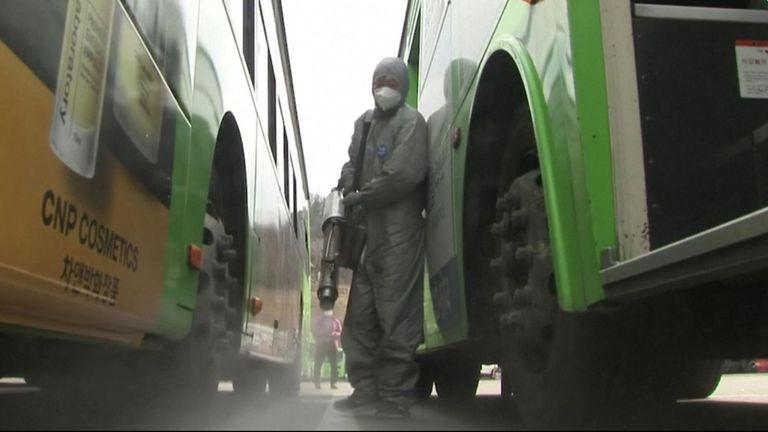 Des centaines de bus dans la capitale sud-coréenne, Séoul, ont été fumigés mercredi 26 février, au milieu de l'augmentation des cas de coronavirus à travers le pays.