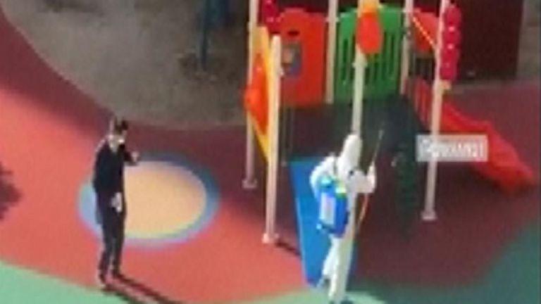Désinfectant pulvérisé sur une aire de jeux à Wuhan
