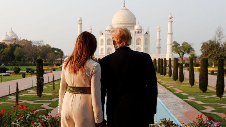 Le président américain Donald Trump et la première dame Melania Trump visitent l'historique Taj Mahal, à Agra, en Inde, le 24 février 2020. REUTERS / Al Drago TELECHARGER L'IMAGE Date: 24/02/2020 12:18 Dimensions: 2924 x 1886 Taille: 1,6MB Modifier le statut: nouveau Catégorie: A Codes de sujet: POL ASIA DIP Identifiant du luminaire: RC207F99EKAW Par ligne: ALEXANDER DRAGO Ville: AGRA Nom du Pays: Inde Code pays: IND OTR: GDN324 Source: REUTERS Rédacteur de légende: zuz Source de nouvelles: Reuters News Picture Service - RNPS, Reuters Pictures Arch
