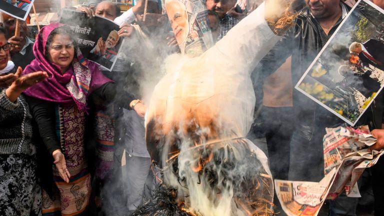 Les opposants au Parti du Congrès de Narendra Modi brûlent une effigie du Premier ministre indien à Amritsar