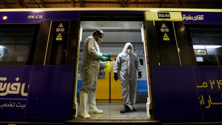 Des employés de la municipalité de Téhéran nettoient un métro pour éviter la propagation de la maladie COVID-19 le 26 février 2020