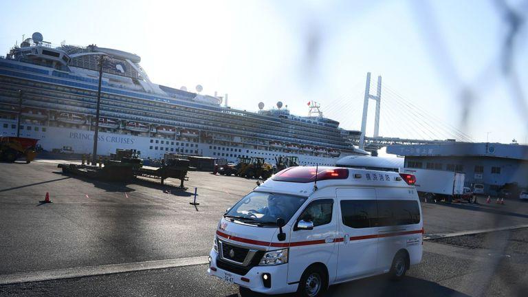 Une ambulance transporte des passagers du navire de croisière Diamond Princess en quarantaine au Japon, alors que 60 autres ont été diagnostiqués avec un coronavirus
