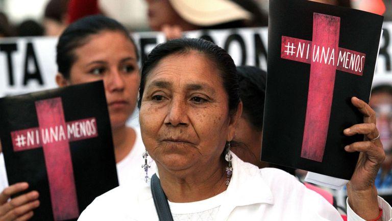 Une femme à Guadalajara avec un panneau indiquant: & quot; Pas un de moins & quot;