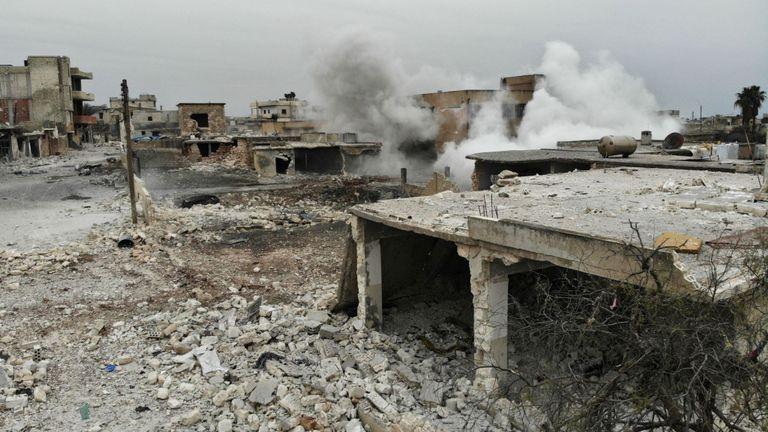 Une vue aérienne montre de la fumée s'échappant d'un immeuble du village de Maaret al-Naasan en Syrie dans la province d'Idlib le 12 février 2020 à la suite d'une offensive de plusieurs semaines contre le dernier bastion rebelle majeur du pays. - Les forces du régime syrien ont poursuivi leur offensive dans le nord-ouest du pays, sécurisant des zones le long d'une route nationale clé qu'elles ont saisie, alors que les tensions montaient en flèche avec la Turquie qui soutient les groupes rebelles. (Photo par Omar HAJ KADOUR / AFP) (Photo par OMAR HAJ KADOUR / AFP via Getty Im