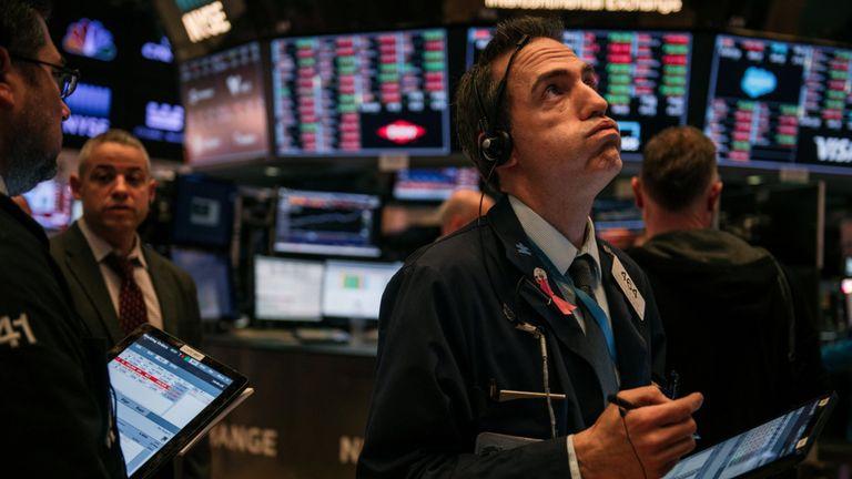 Les traders suivent les dernières minutes de négociation mardi sur le parquet de la Bourse de New York le 25 février 2020 à New York