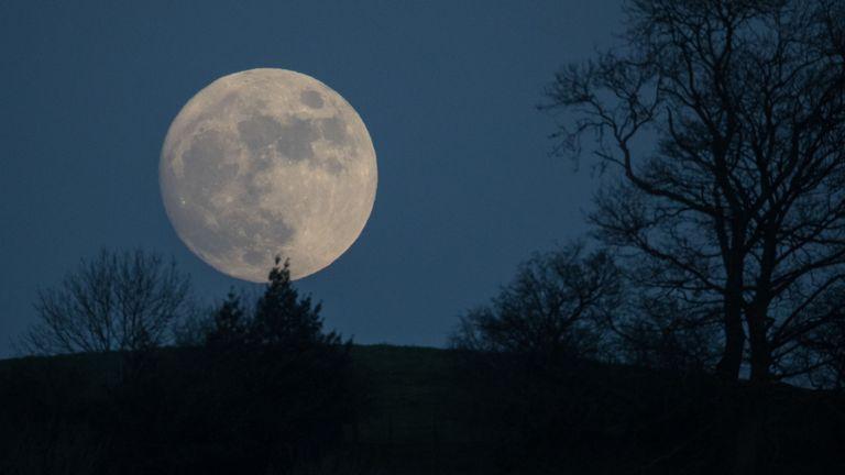 La & # 39; lune de loup & # 39; a augmenté au-dessus de Glastonbury en janvier 2017 - et revient ce soir