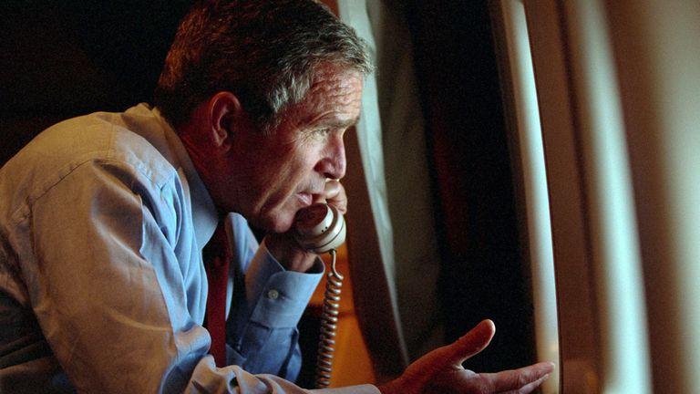 Le président américain George W. Bush parle au vice-président Dick Cheney par téléphone à bord d'Air Force One après avoir quitté Offutt Air Force Base en Nebraska, le 11 septembre 2001, le jour des attentats terroristes à New York et Washington. Bush le 16 septembre 2001 a demandé