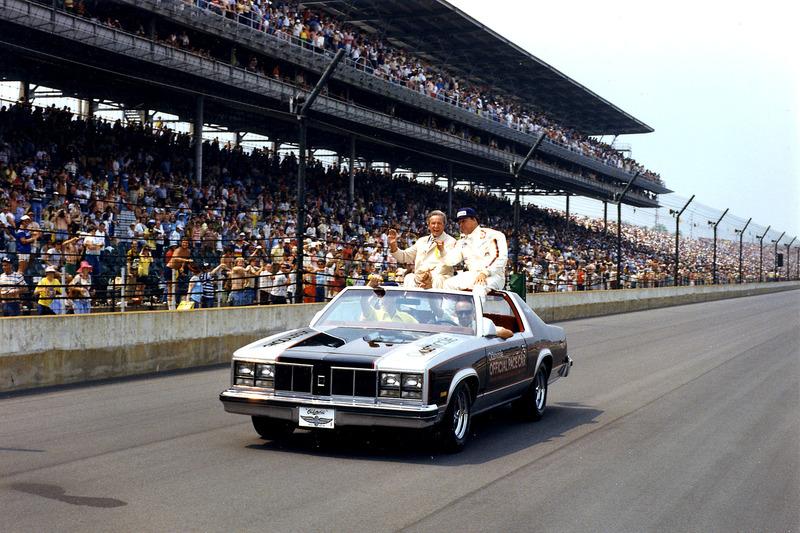 UN J. Foyt avec feu Tony Hulman, président d'IMS, après avoir marqué sa quatrième victoire en Indy 500 en 1977.