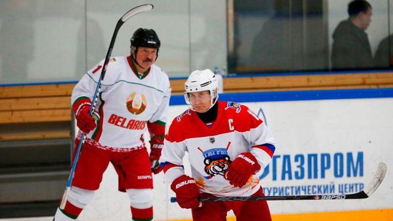 Alexander Lukashenko (photographié ici avec Vladimir Poutine) est contre l'imposition de mesures strictes contre les coronavirus