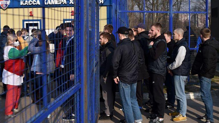 Des contrôles de température étaient en vigueur lors de certains matchs de football - la distanciation sociale n'était pas