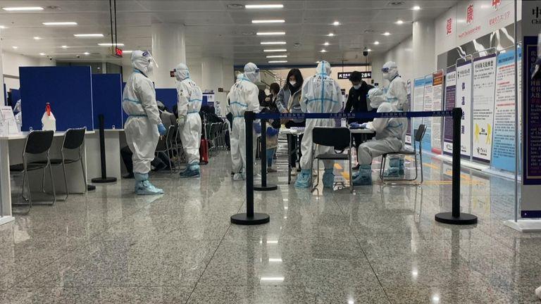 La Chine continue d'appliquer des mesures strictes malgré une forte baisse du nombre de nouveaux cas