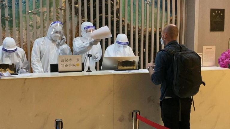 À la porte d'embarquement, les fonctionnaires portaient un équipement de protection individuelle complet