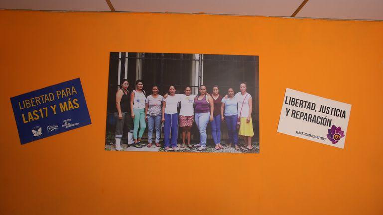Des photos de femmes que les militants veulent libérer sont accrochées au mur d'une maison sûre