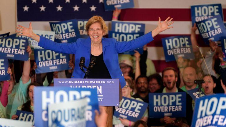 La candidate démocrate à la présidentielle, la sénatrice Elizabeth Warren, s'adresse aux partisans lors de son rassemblement à Des Moines, Iowa, États-Unis, le 3 février 2020
