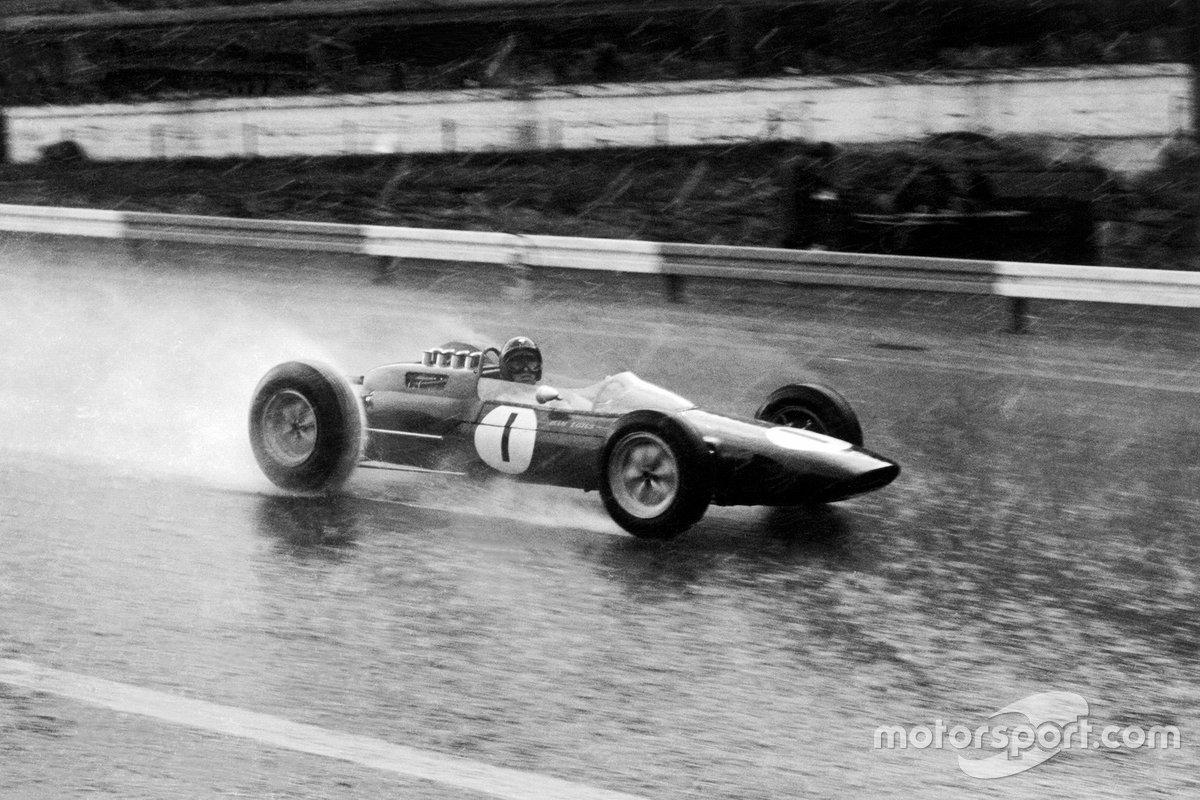 Le Lotus 25 de Clark se dirige vers la victoire à Spa en 1963. Il s'agissait de la deuxième des quatre victoires de F1 pour Clark sur ce site, même s'il en détestait une.