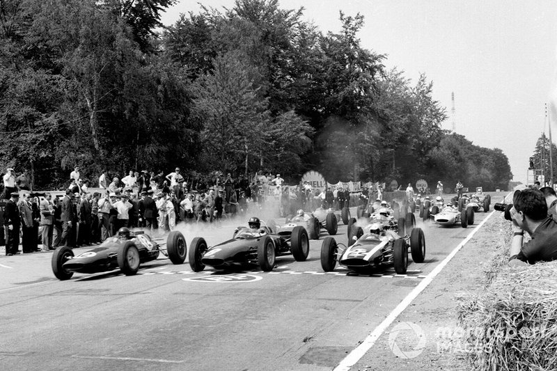 Le Lotus of Clark (à gauche) a battu Graham Hill (BRM) et Cooper McLaren Bruce à la pole à Rouen en 62, mais ce qui aurait dû être au moins un podium a plutôt provoqué un échec de suspension. La fragilité mécanique a finalement coûté le titre à Jimmy cette année-là.
