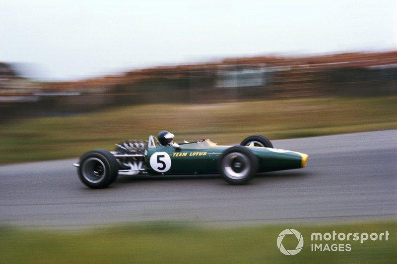 En route vers une improbable victoire à Zandvoort en 67, avec le tout nouveau Lotus 49 propulsé par le DFV à ses débuts.