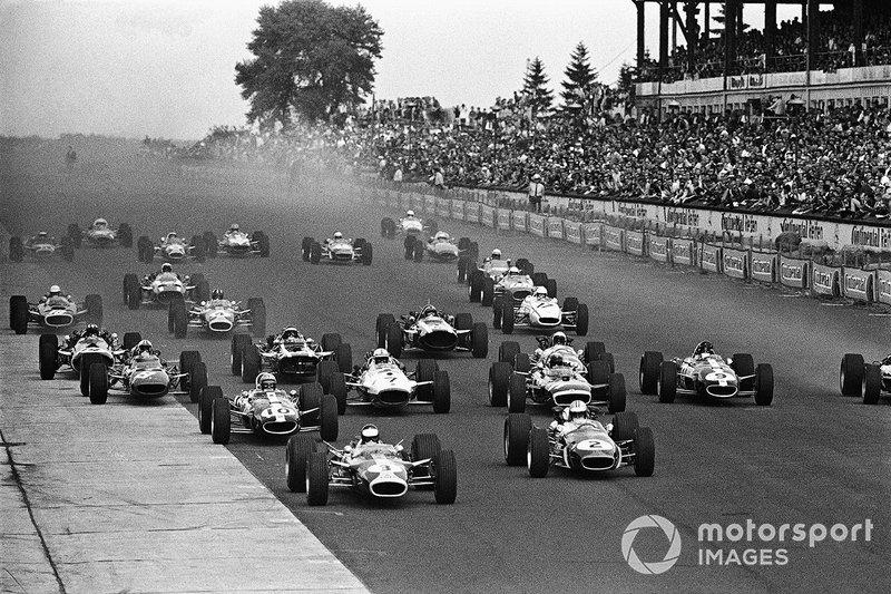 Après avoir pris la pole de plus de neuf secondes au Nurburgring en 67, Clark (3) a subi un échec de suspension pendant qu'il menait et, après le départ à la retraite de Dan Gurney (9), a dû regarder Denny Hulme (2) conduire vers la victoire et s'étirer. de lui dans le championnat.