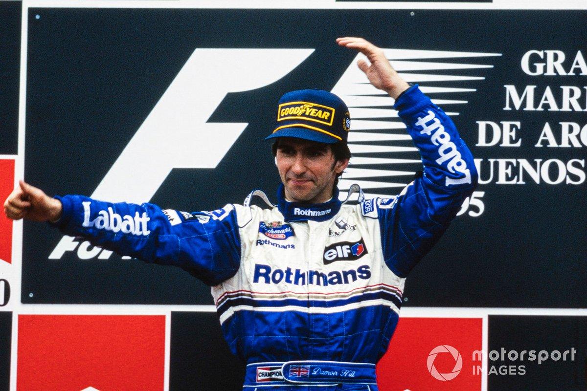 Le vainqueur de la course Damon Hill, Williams célèbre sur le podium
