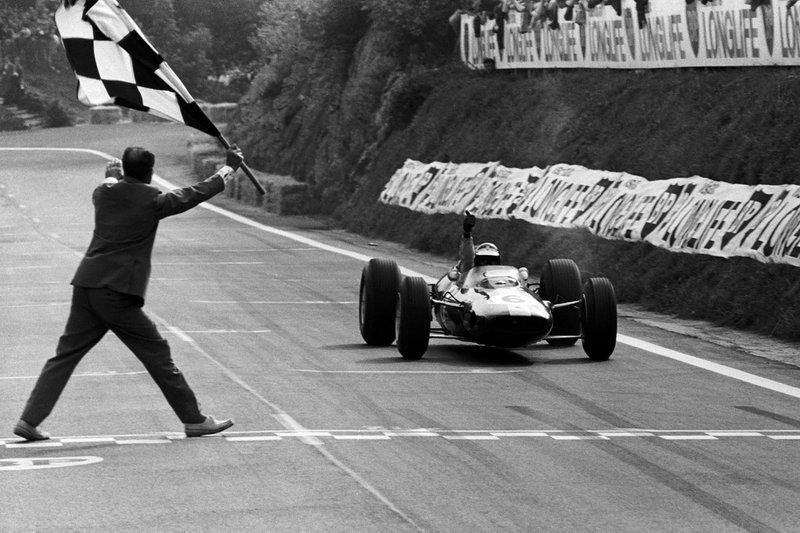 Encore une victoire de GP de France, celle-ci sur la belle piste de Clermont-Ferrand en 1965, au volant d'une Lotus 33.