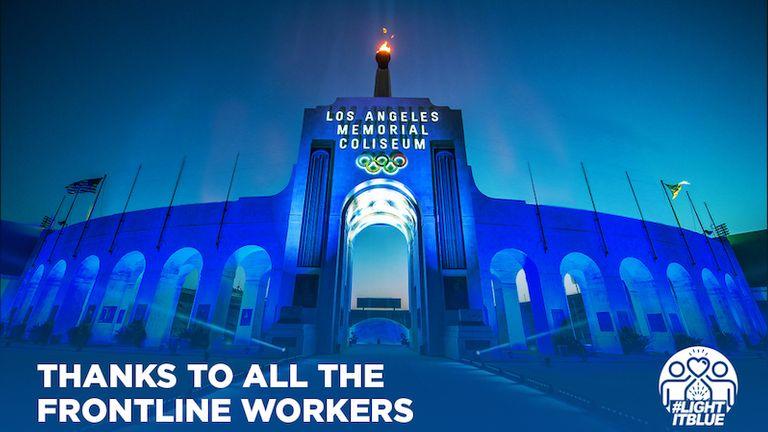 La flamme du Los Angeles Memorial Coliseum brille dans une mare bleue. Photo: @LAColiseum
