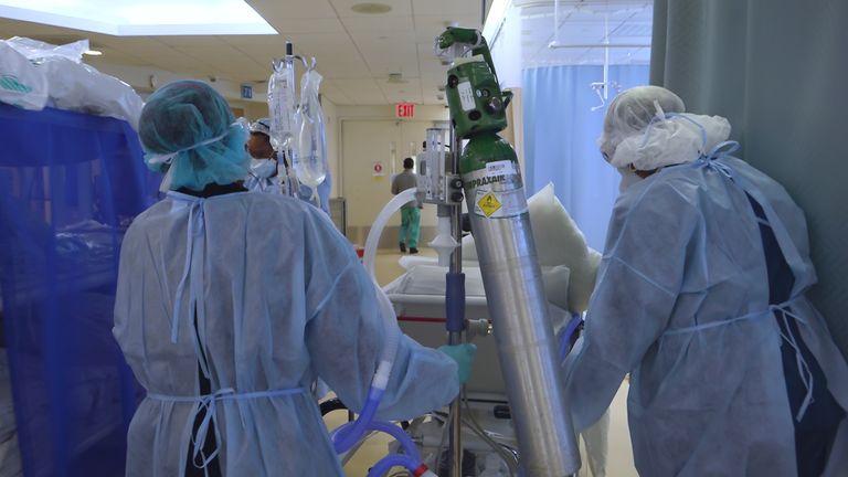 Des travailleurs luttent contre le virus au Maimonides Medical Center de Brooklyn