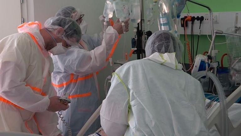 Des patients gravement malades sont traités dans une unité de soins intensifs à Colmar