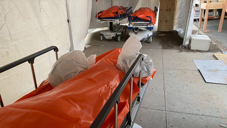 Des corps sont vus à l'extérieur de l'hôpital Wyckoff