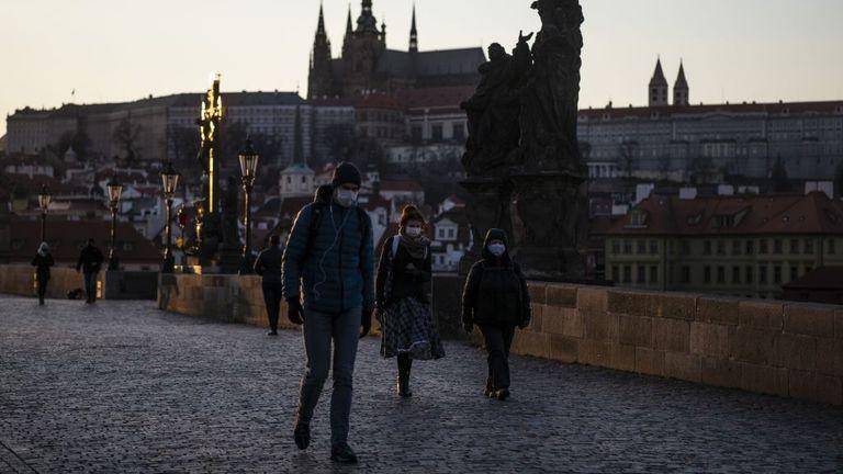 Les personnes portant des masques à pied à Prague