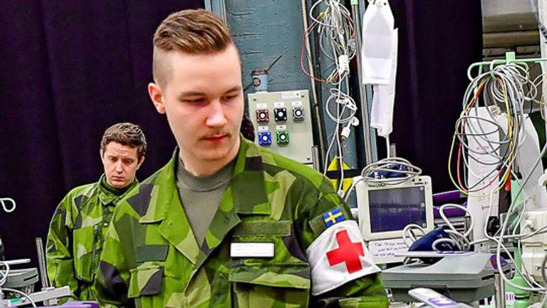 Des travailleurs de la construction personnels et civils de l'armée suédoise ont aidé à préparer un hôpital de campagne dans les installations des foires internationales de Stockholm