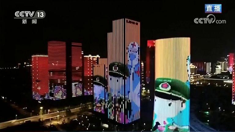 Spectacle de lumière alors que Wuhan ouvre après sa fermeture